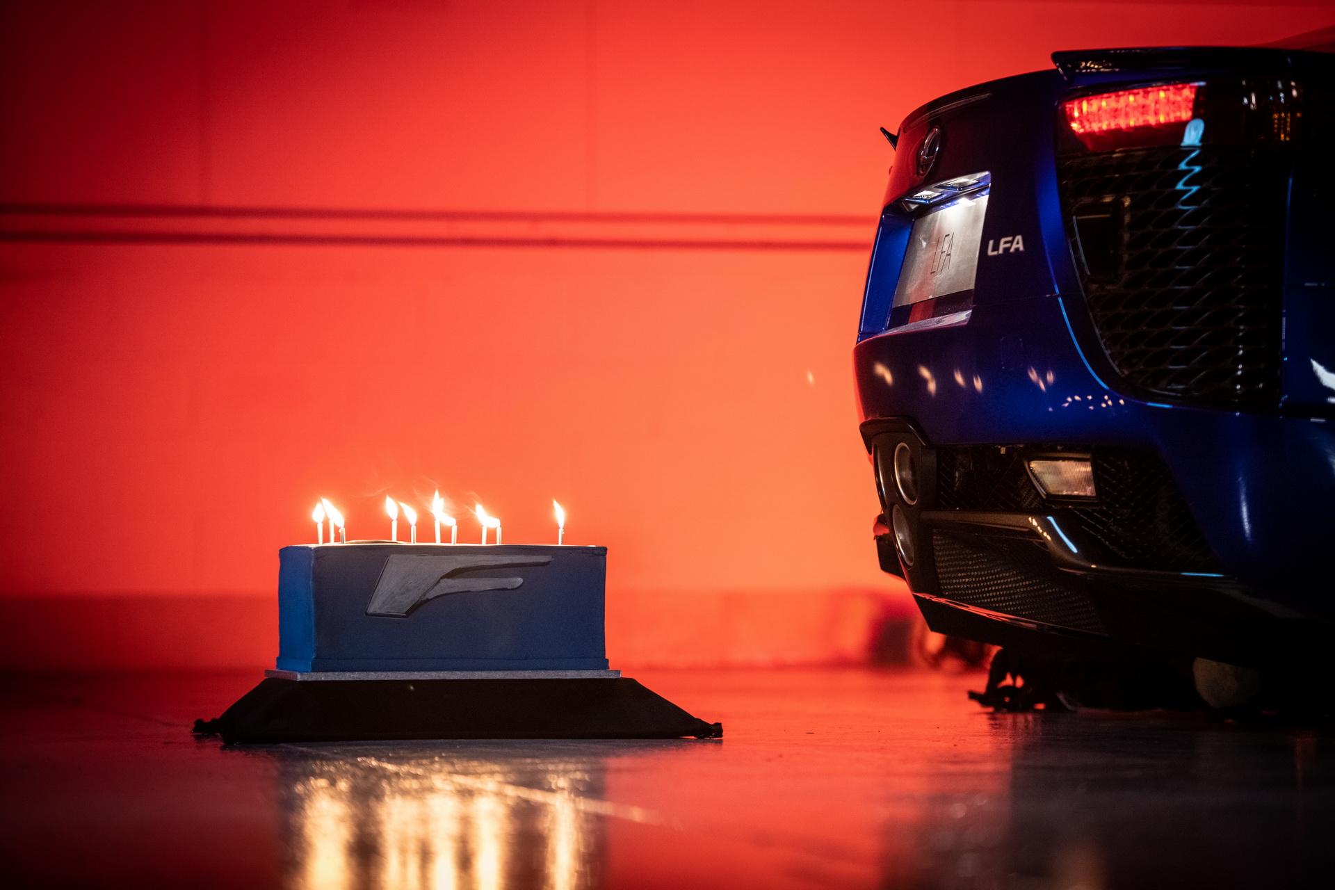 Το Lexus LF-A σβήνει τούρτα γενεθλίων! [vid]