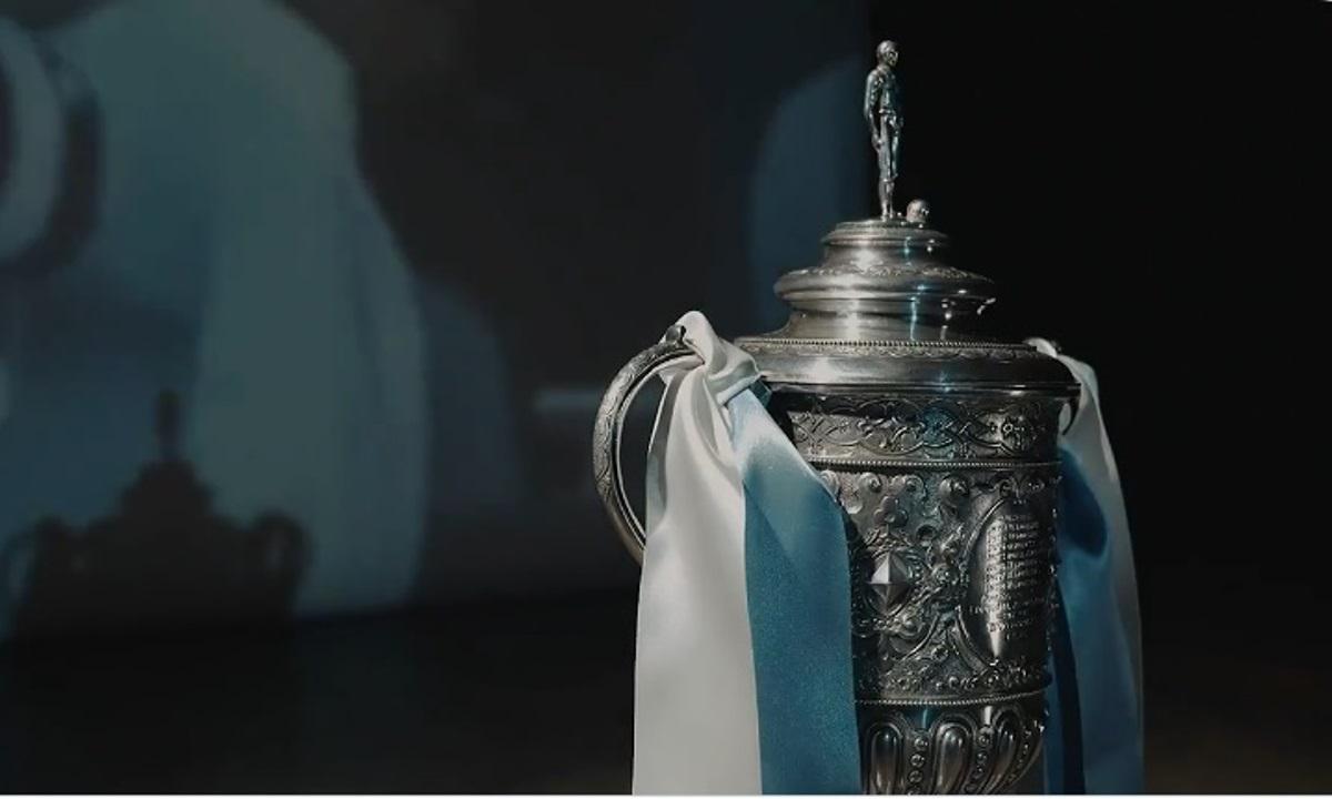 Μάντσεστερ Σίτι: Ο σεΐχης Μανσούρ αγόρασε το ιστορικό τρόπαιο του FA Cup (video)