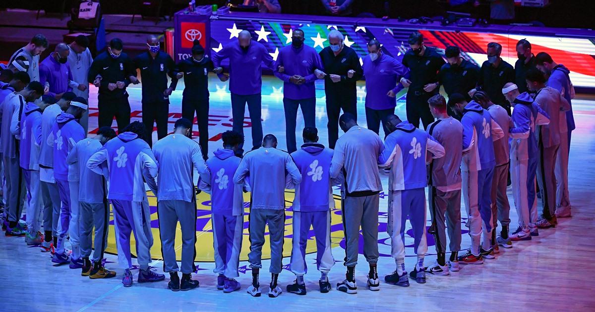 NBA: Συμβολική κίνηση ενότητας από τις ομάδες τη στιγμή του εθνικού ύμνου (video, pics)