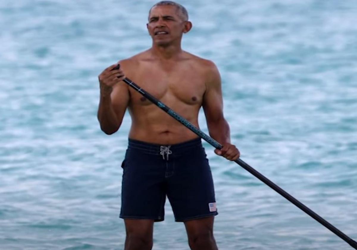Ο Μπαράκ Ομπάμα κάνει paddleboarding στη Χαβάη και «ρίχνει» το Twitter (vid, pics)