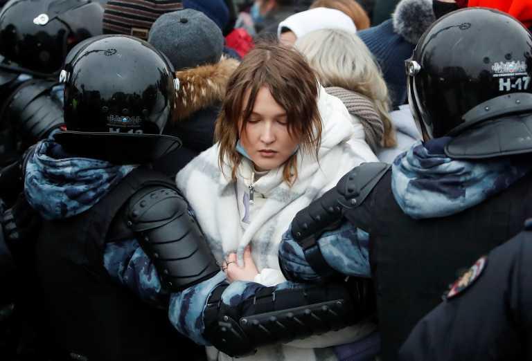 Λονδίνο σε Μόσχα: Ανησυχούμε από την κράτηση ειρηνικών διαδηλωτών για τον Ναβάλνι