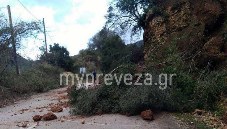 Καιρός – Πρέβεζα: Μεγάλοι βράχοι «ξεκόλλησαν» από το βουνό κι έκλεισαν δρόμο (pic)