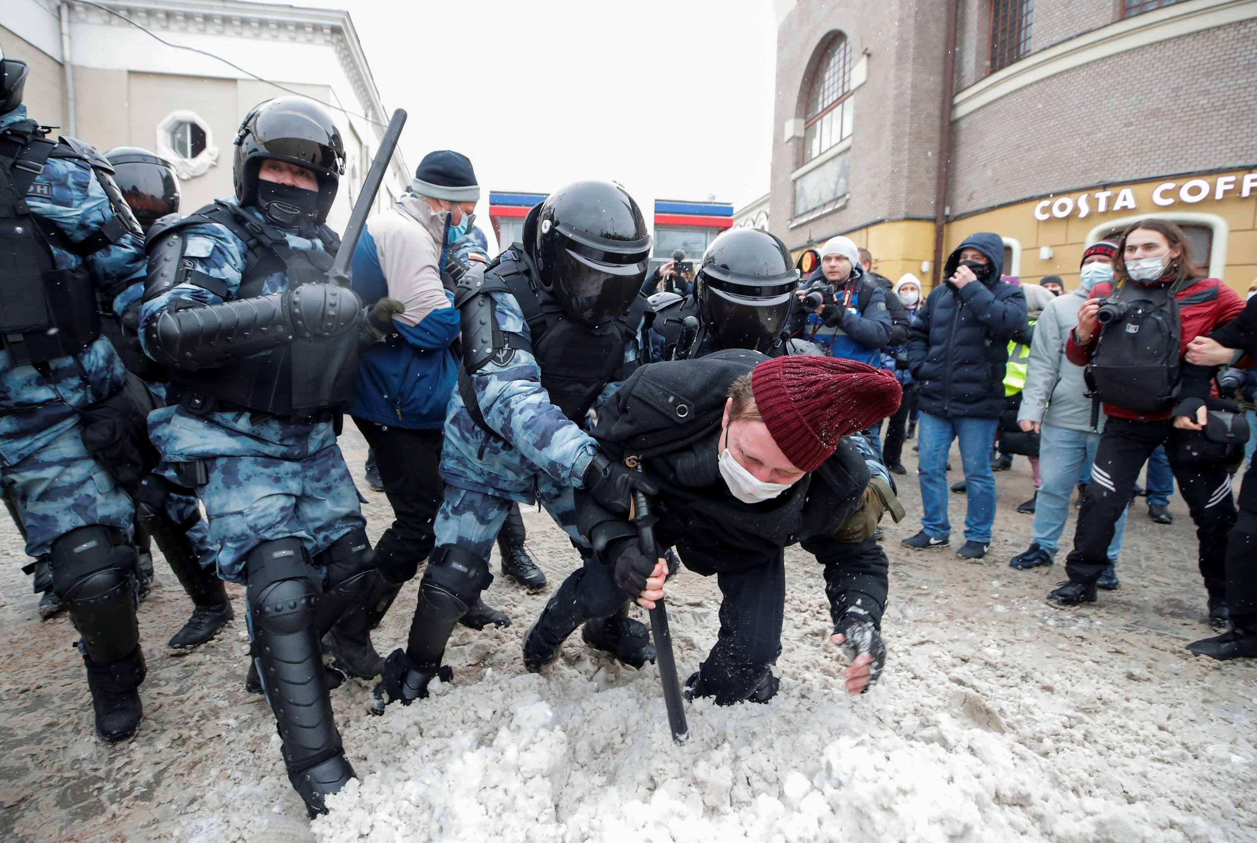 Ρωσία: Χειροπέδες σε 2.119 διαδηλωτές που υποστηρίζουν τον Ναβάλνι – Συνελήφθη και η γυναίκα του (pics)