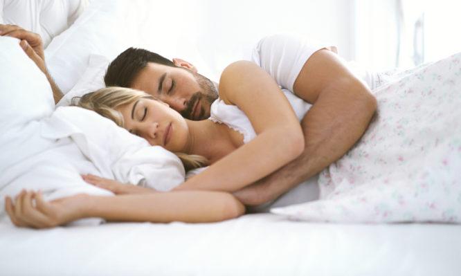 Ύπνος: Ανάσκελα, μπρούμυτα ή στο πλάι; Ποια στάση είναι καλύτερη για εσάς