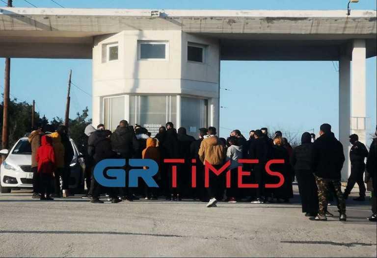 Ένταση σε κηδεία στη Θεσσαλονίκη: Δεκάδες τσιγγάνοι προσπαθούν να μπουν σε νεκροταφείο (video)