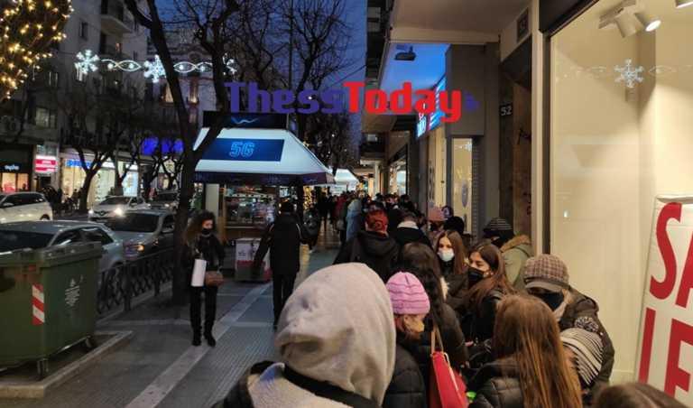 Θεσσαλονίκη: Όλη η πόλη στην ουρά – Πανικός στα μαγαζιά (pics)