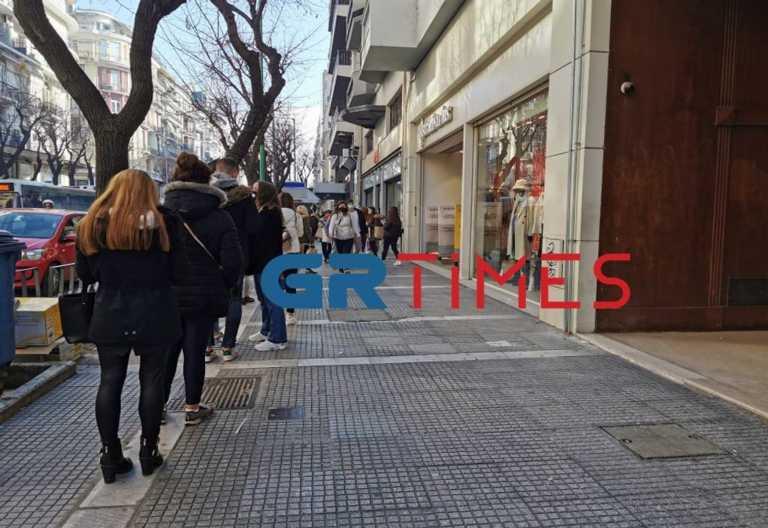 Θεσσαλονίκη: Μεγάλες ουρές στα καταστήματα – Χαμός για ρούχα, παπούτσια, κινητά (pics)