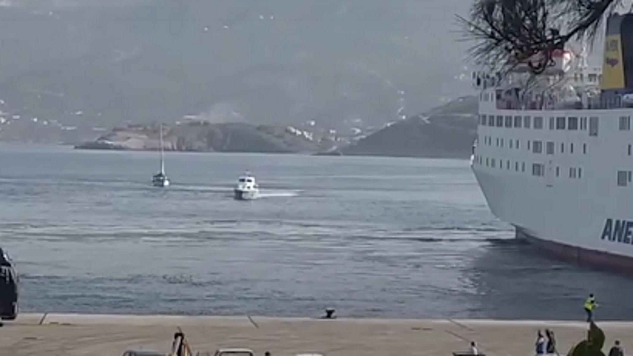 Αυτό είναι το σκάφος με τους Τούρκους που ζητούν άσυλο – Η στιγμή που μπαίνει στο λιμάνι της Σητείας (pics, video)