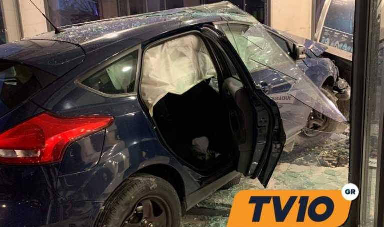 Σοκαριστικό τροχαίο στα Τρίκαλα: Αυτοκίνητο «καρφώθηκε» σε κατάστημα (pic)