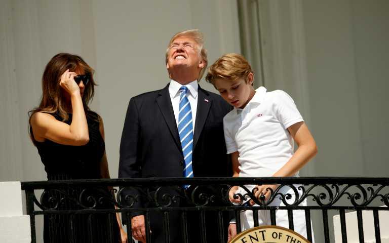 Πού ήταν ο μικρός γιος του Τραμπ όταν αποχαιρετούσε τους οπαδούς του; Χαμός στο twitter με την απουσία του (pics)