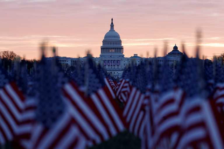 ΗΠΑ: Πυρετώδεις προετοιμασίες για την ορκωμοσία Μπάιντεν – 200.000 σημαίες έχουν στηθεί στην Ουάσινγκτον (pics)