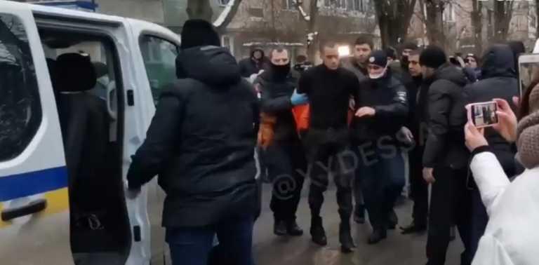 Τρόμος στην Ουκρανία: Βγήκε γυμνός στο δρόμο με το κομμένο κεφάλι του πατέρα του