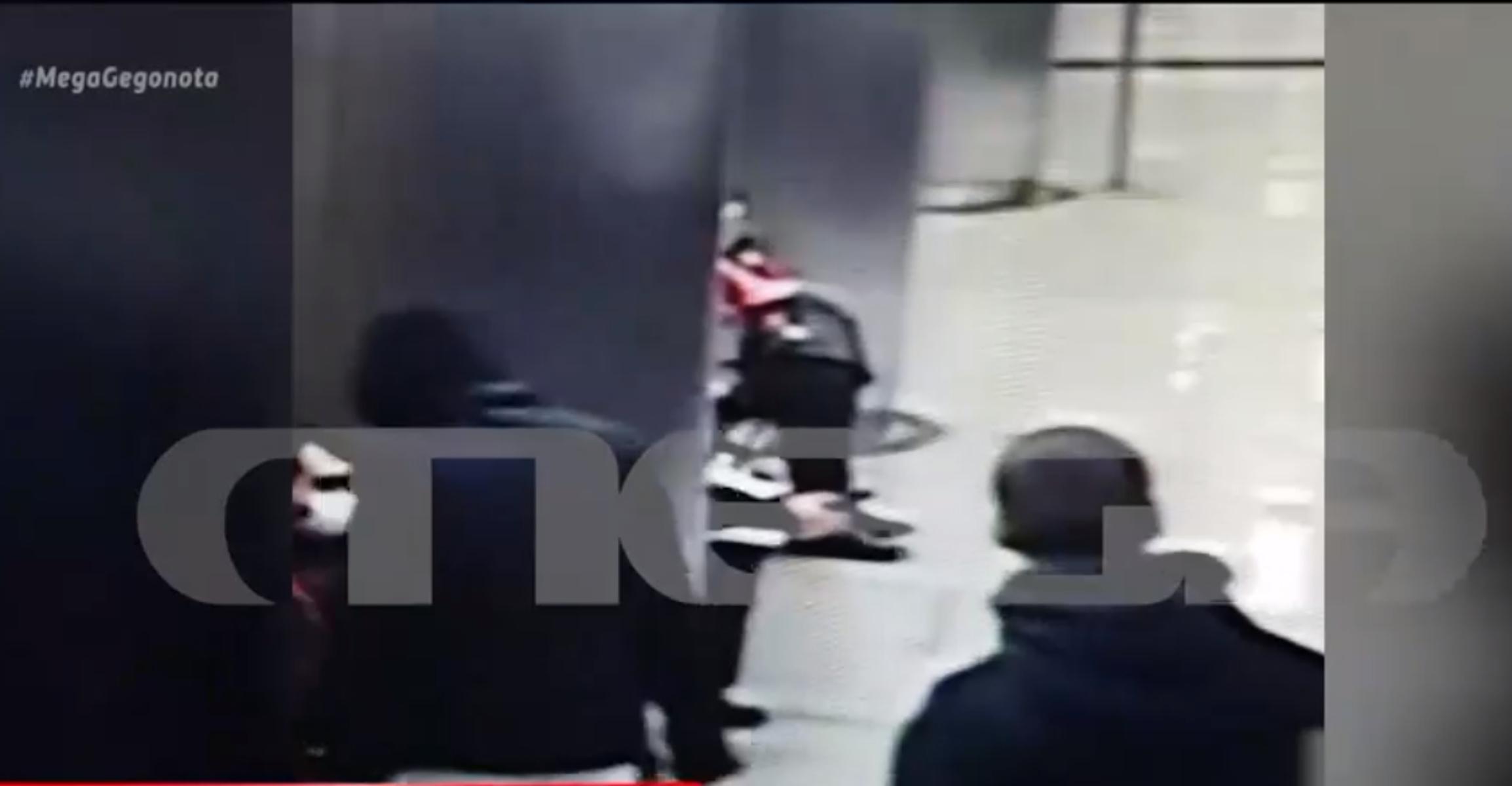 Ξυλοδαρμός στο Μετρό: Νέο βίντεο ντοκουμέντο – Και τρίτο πρόσωπο κάλυπτε τους ανήλικους