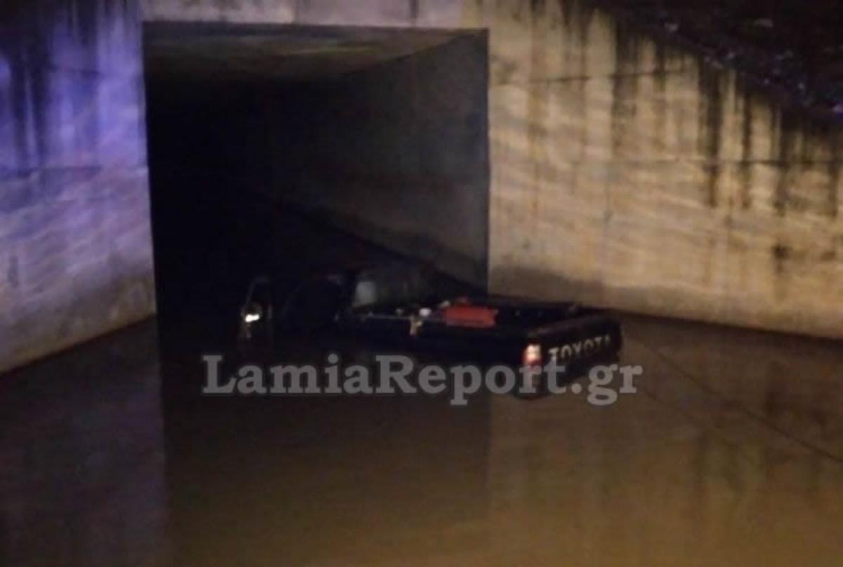 Απίστευτη περιπέτεια για οδηγό στη Λαμία: Εγκλωβίστηκε σε λιμνάζοντα νερά γέφυρας (pics, vid)