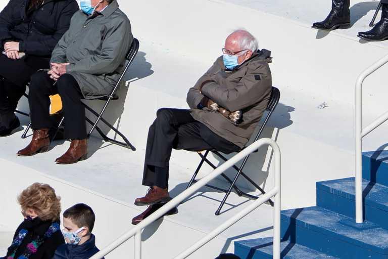 ΗΠΑ: Ξεπούλησε η «θρυλική» φωτογραφία του Μπέρνι Σάντερς – Μαζεύτηκαν 1,8 εκατ. δολάρια για απόρους