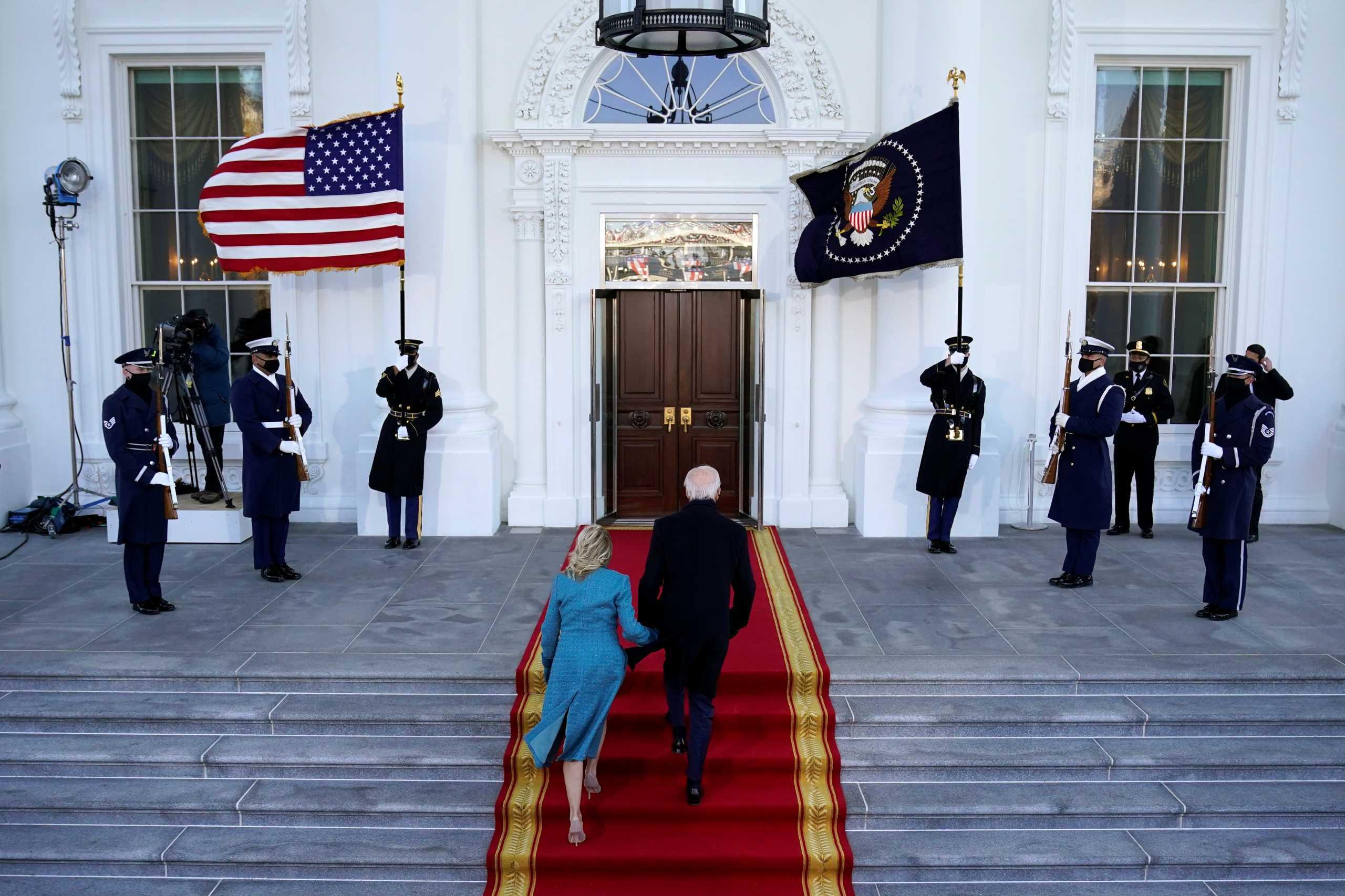 Ο Τραμπ «έκλεισε» τους Μπάιντεν έξω από τον Λευκό Οίκο