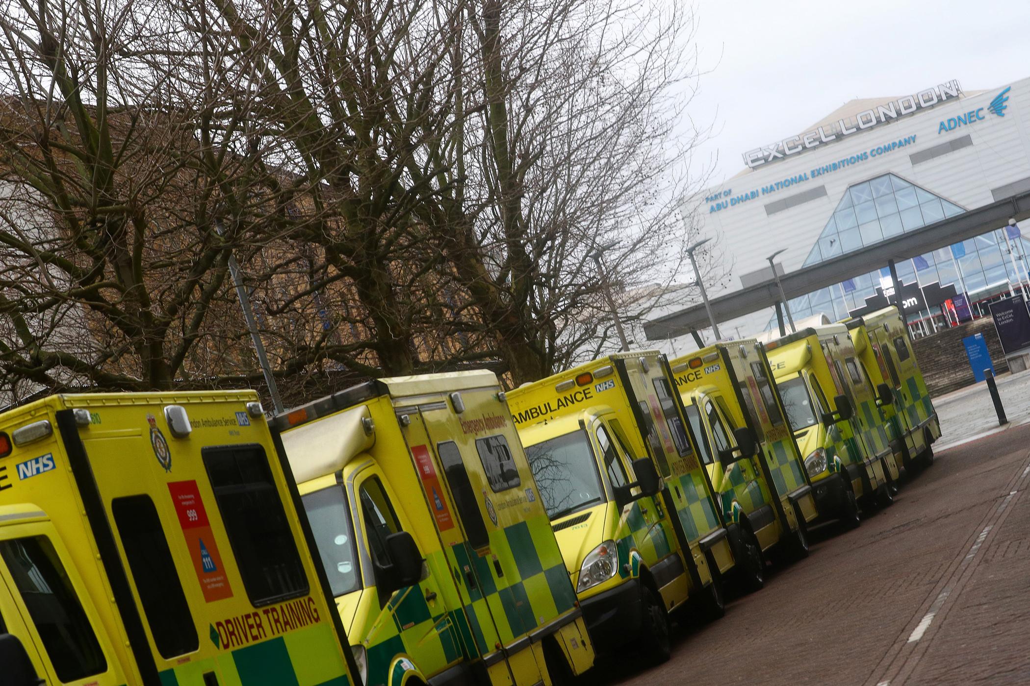 Στη δίνη του κορονοϊού η Βρετανία – Κλείνουν σχολεία και ανοίγουν νοσοκομεία εκστρατείας