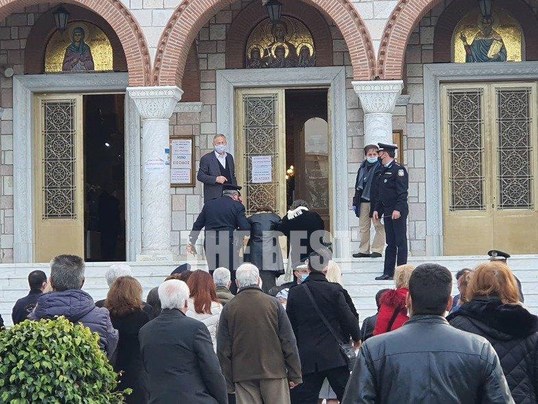 Πάτρα – Θεοφάνεια: Ουρές πιστών με αστυνομικούς να τους διευκολύνουν έξω από τις εκκλησίες (pics)
