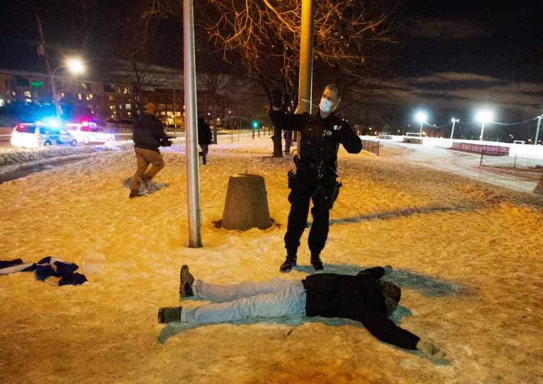 Απίστευτο – Έκαναν «αίσχη» δημοσίως για να «τσεκάρουν» αν η αστυνομία έκανε καλά τη δουλειά της