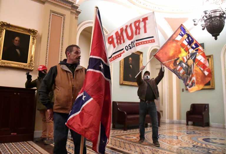 Καπιτώλιο: Στο Smithsonian σημαίες, πλακάτ και άλλα από την εισβολή