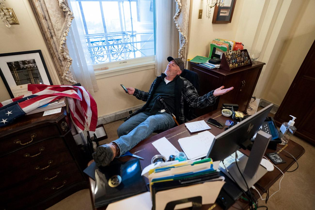 Καπιτώλιο: Οπαδοί του Τραμπ βανδάλισαν το γραφείο της Πελόζι – «Δεν θα υποχωρήσουμε» (pics)