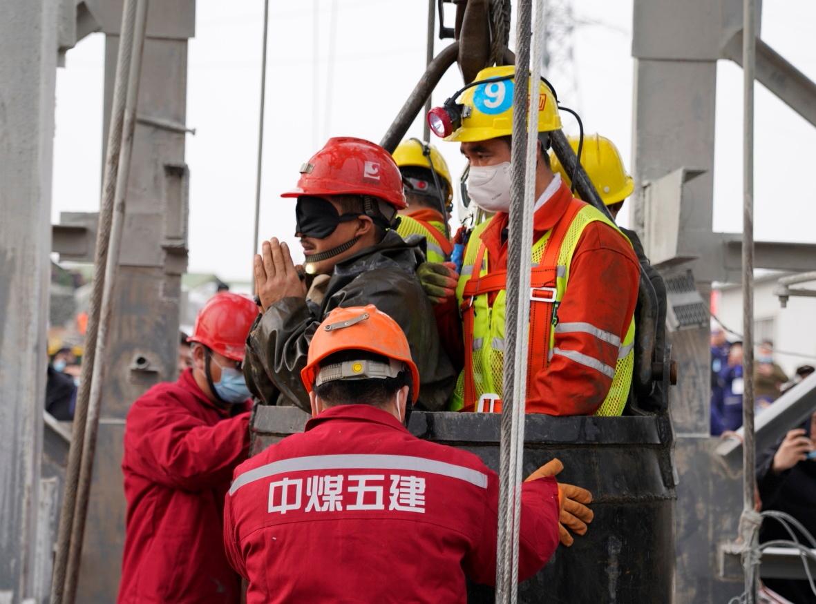 Κίνα: Κοιλώματα σε φρεάτιο «έσωσαν» τους μεταλλωρύχους που είχαν παγιδευτεί για 14 μέρες (pics, vid)