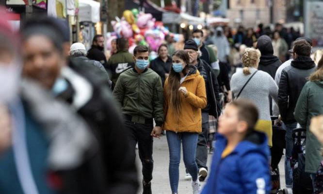 Τρόμο στην Ευρώπη φέρνουν οι νέες μεταλλάξεις – Εξαπλώνονται τα κρούσματα και επιβραδύνονται οι εμβολιασμοί