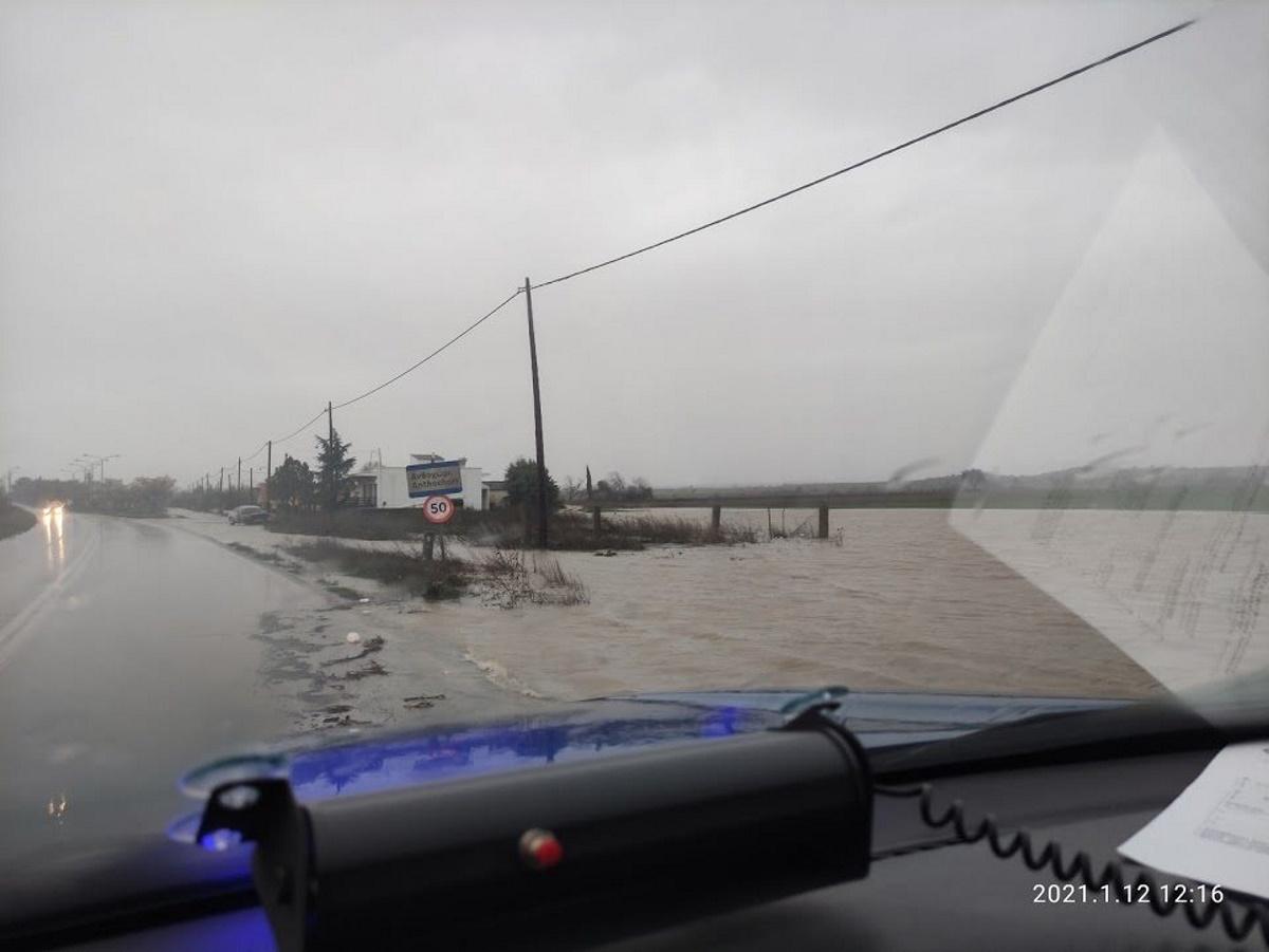 Καιρός: Δεκάδες κλήσεις για διάσωση κατοίκων του Έβρου
