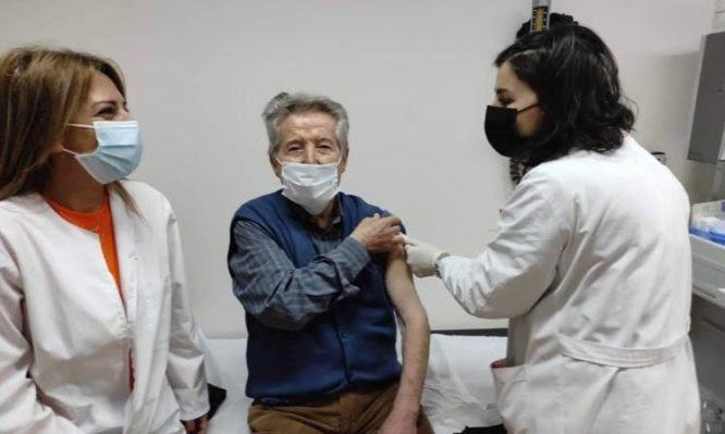 Εμβολιασμοί: 91 ετών από τη Βέροια, αψήφισε τον χιονιά – Είναι ο πρώτος άνω των 85, που εμβολιάστηκε στη χώρα