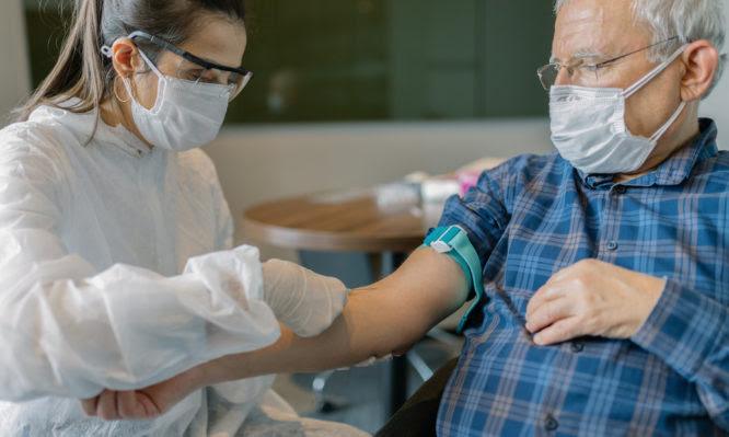 Σε νοσοκομεία και όχι σε Κέντρα Υγείας ο εμβολιασμός των άνω των 85