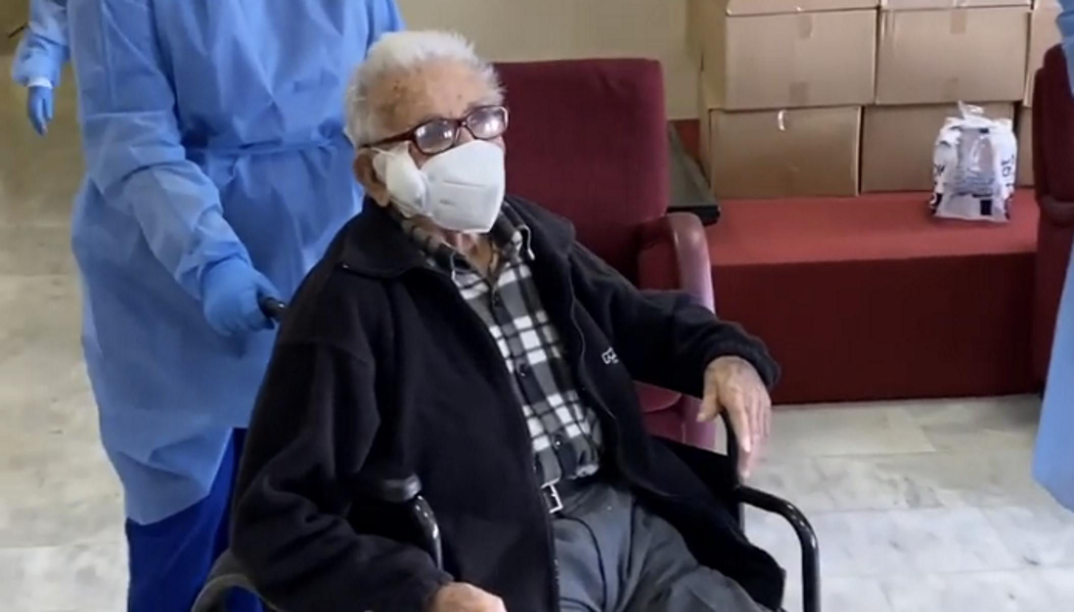 Κορονοϊός: Κρητίκαρος 106 ετών ο πρώτος που εμβολιάστηκε στο δημοτικό γηροκομείο Χανίων (pics)