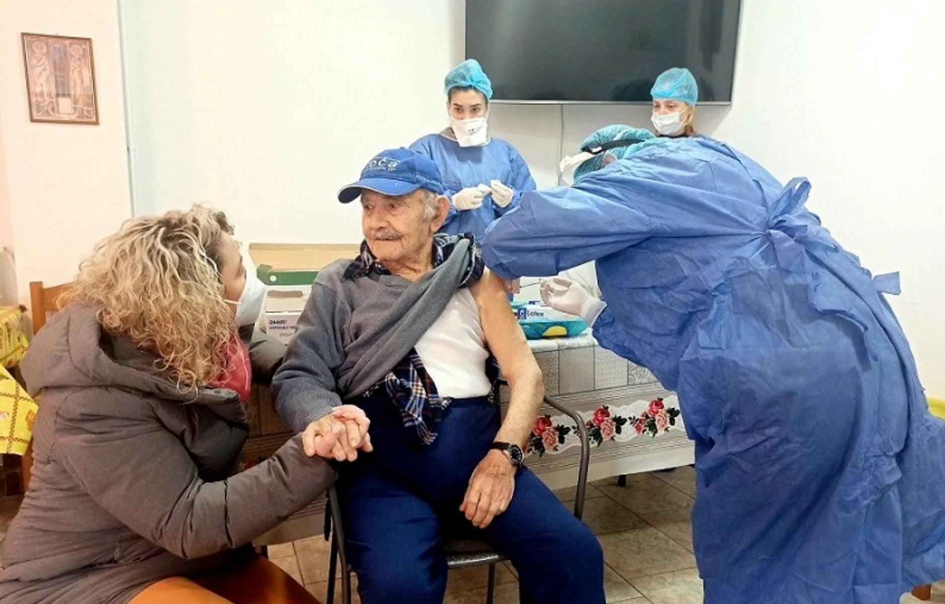 Κρήτη – κορονοϊός: 95χρονος ο πρώτος που εμβολιάστηκε σε γηροκομείο (pic)