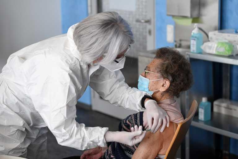 Κορονοϊός: Η προτεραιότητα των υπέργηρων στον εμβολιασμό αυξάνει το προσδόκιμο ζωής