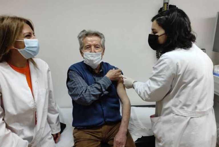 Βέροια: Εμβολιάστηκε πρώτος στα 91 του χρόνια – «Ένας λεβέντης που ήρθε με χαμόγελο και αυτοπεποίθηση»
