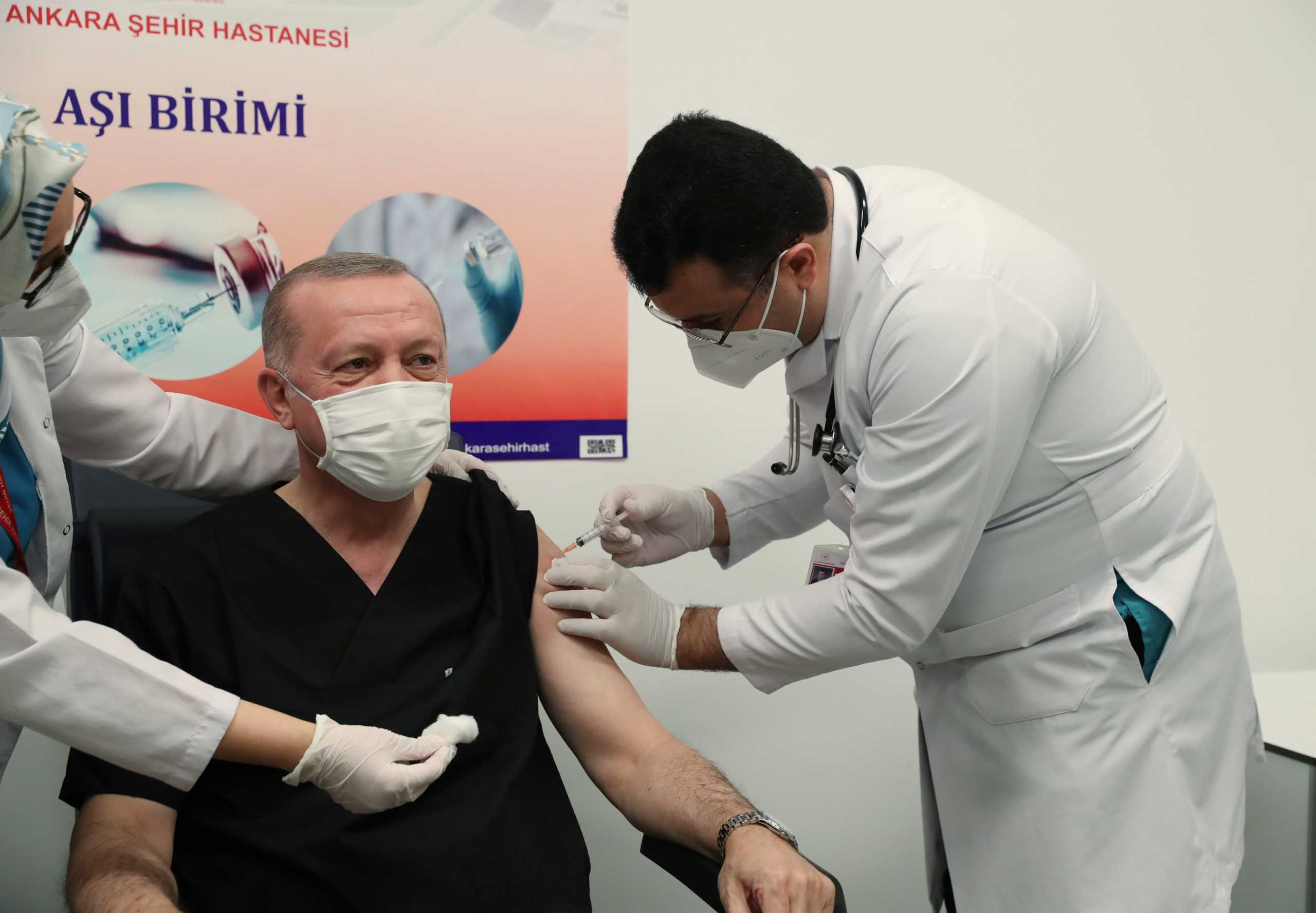 Show και στο νοσοκομείο: Ο Ερντογάν έκανε το εμβόλιο του κορονοϊού
