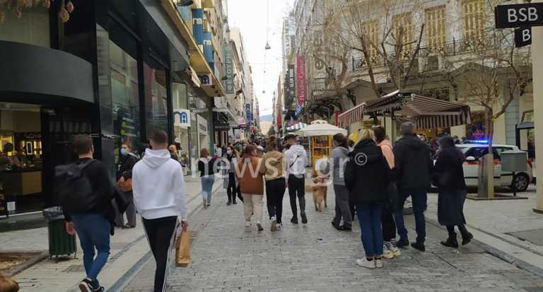 Ανοιχτά μαγαζιά και κυριακάτικη βόλτα: Λαοθάλασσα στην Ερμού, κίνηση παντού