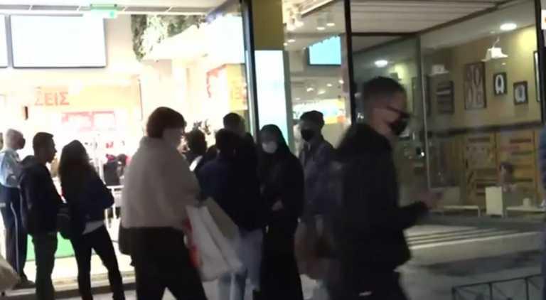 Ασύλληπτο: Τα μαγαζιά έδιωχναν το συνωστισμένο πλήθος στην Ερμού – Έστελναν τριπλά και τετραπλά SMS
