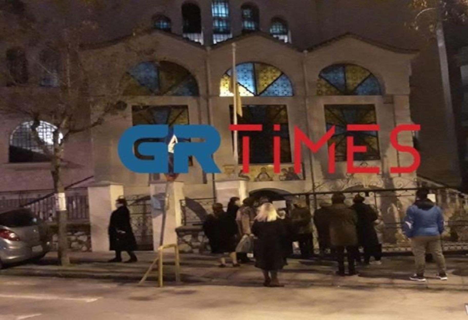 Θεοφάνια: Ουρές από τα χαράματα έξω από τις εκκλησίες της Θεσσαλονίκης (pics, video)