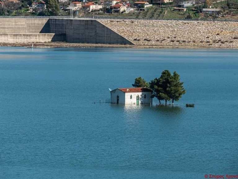 Αχαϊα: Φράγμα Πείρου Παραπείρου – Το νερό «καταπίνει» το εκκλησάκι