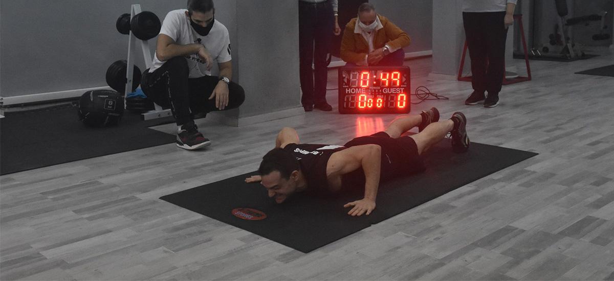 Κρήτη: Απίθανο ρεκόρ Γκίνες σε κλειστό γυμναστήριο – Ο Γιώργος Κοτσιμπός έσπασε το χρονόμετρο (video)
