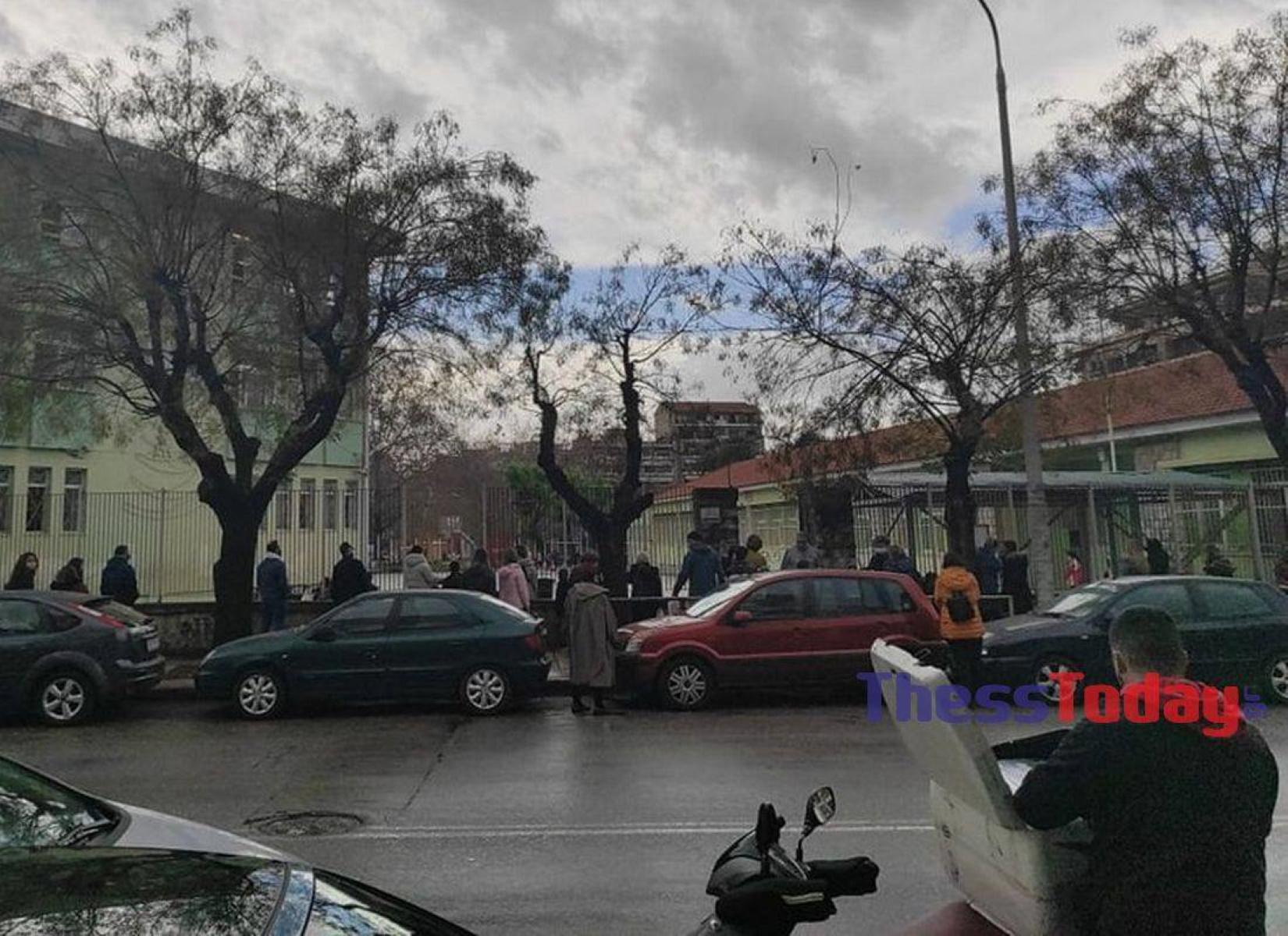 Θεσσαλονίκη: Άνοιγμα σχολείων με συνωστισμό γονέων