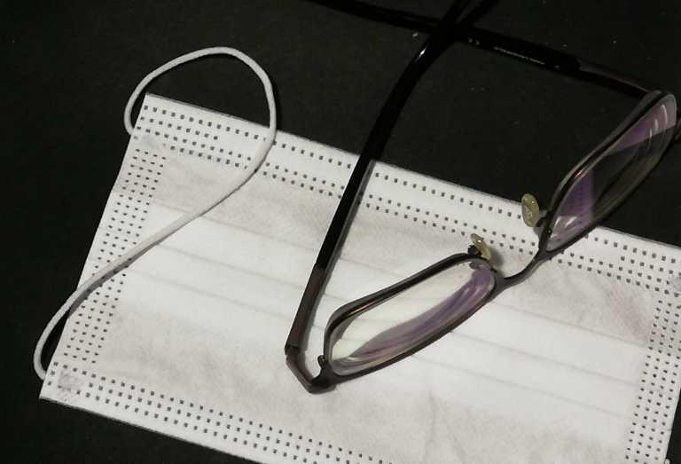 Αυτά είναι τα κόλπα για να μην θολώνουν τα γυαλιά σας όταν φοράτε μάσκα