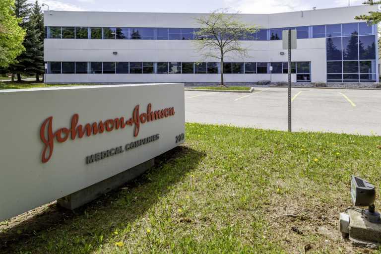 Κορονοϊός: Τι παρενέργειες έχει το εμβόλιο της Johnson & Johnson