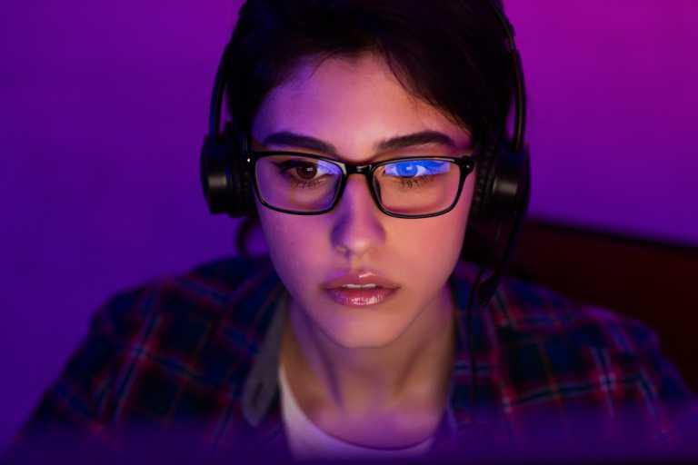 Πολλές ώρες μπροστά σε οθόνες ελέω πανδημίας: Βοηθούν τα γυαλιά με φίλτρο για το μπλε φως;