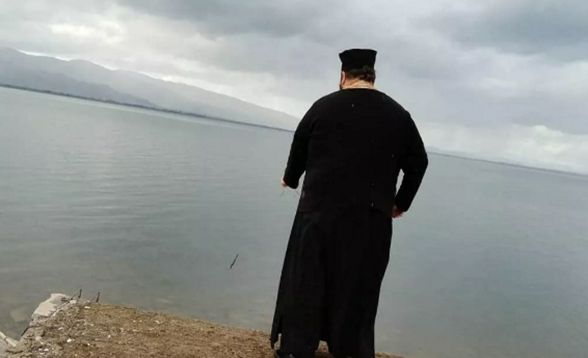Ιερέας αγιάζει μόνος του τη λίμνη Τριχωνίδα