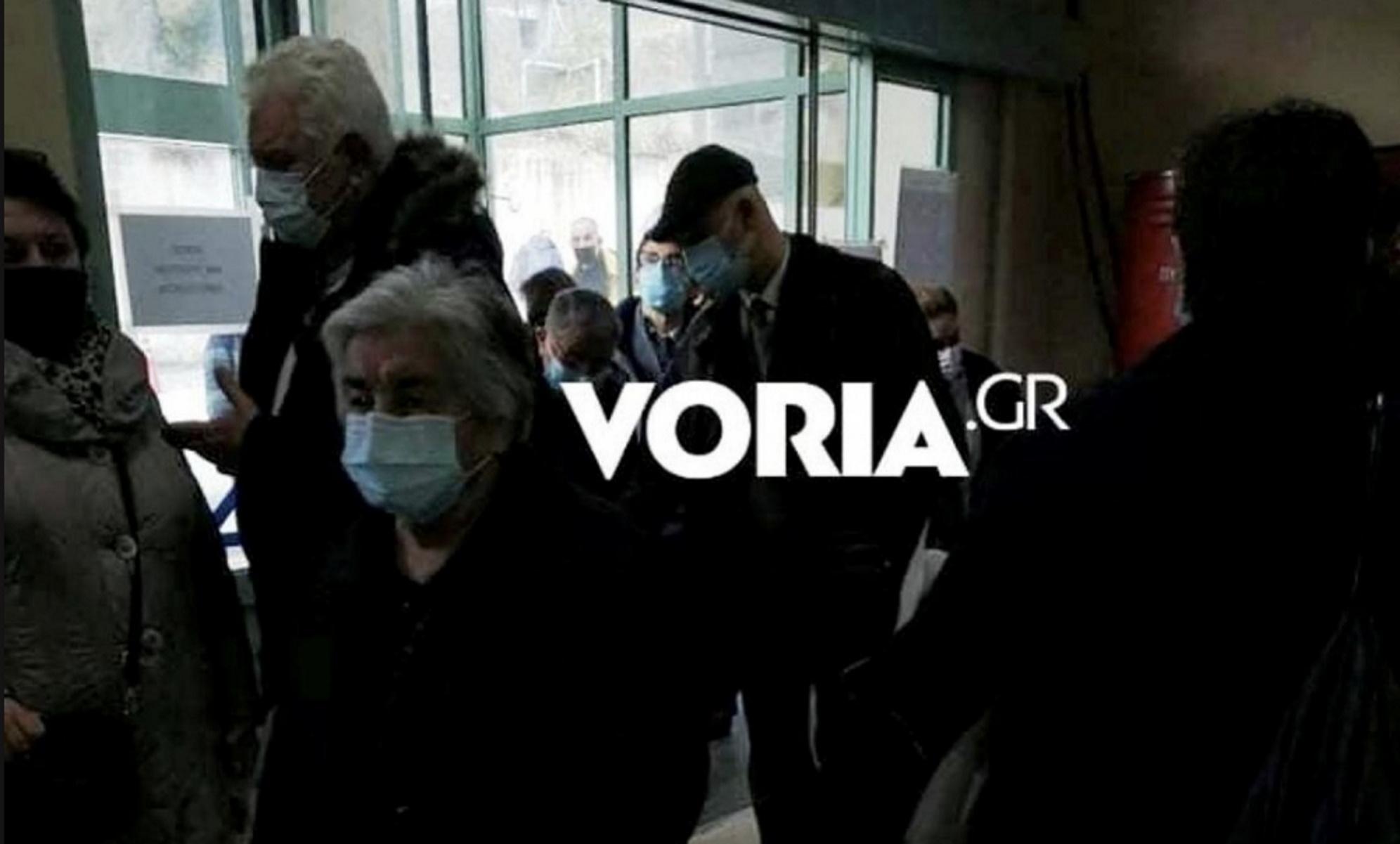 Εμβολιασμός – κορονοϊός: Εικόνες ντροπής με ηλικιωμένους να ξεροσταλιάζουν όρθιοι για ώρες (pics)