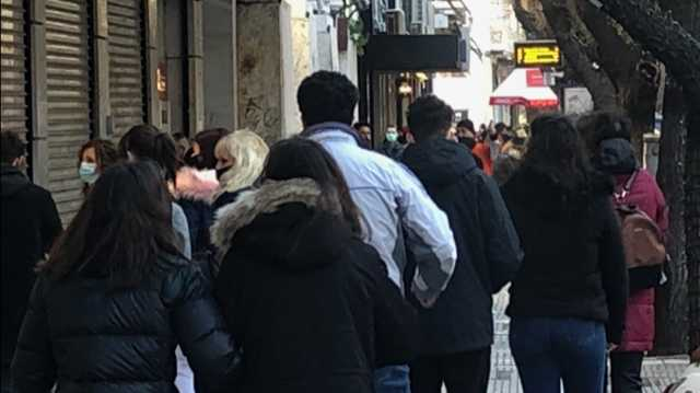 Θεσσαλονίκη: Νέες εικόνες κίνησης στην αγορά – Μεγάλωναν οι ουρές με το πέρασμα της ώρας (pics)