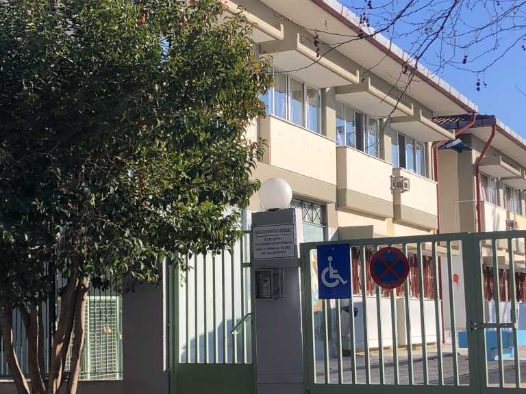 Θεσσαλονίκη – Κορονοϊός: Αγωνία και φόβος μετά το κρούσμα σε δημοτικό σχολείο του Ευόσμου – Στα κάγκελα οι γονείς (pics)