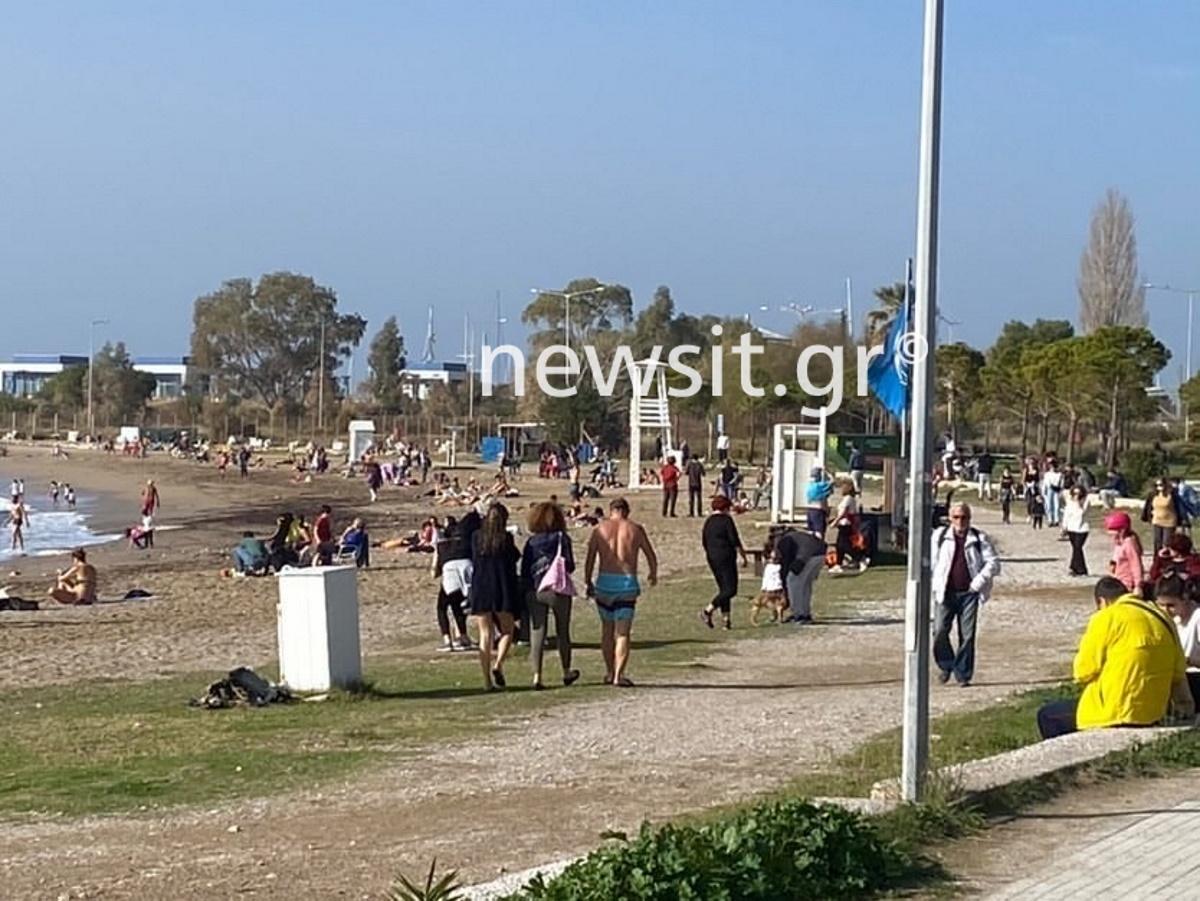 Γέμισε με κόσμο η παραλία της Γλυφάδας (video)