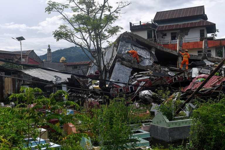 Ινδονησία: Ελπίδα στα χαλάσματα μετά τα 6,2 Ρίχτερ – Ανασύρθηκαν τουλάχιστον 10 επιζώντες